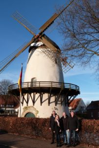 Am Wahrzeichen Glandorfs: SPD-Genossen an der Glandorfer Windmühle.