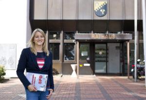 Kathrin Wahlmann (MdL) vor dem Rathaus in Hasbergen.