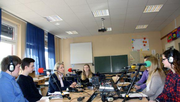 Foto: Kathrin Wahlmann (MdL) wird von dem Schüler-Team interviewt.
