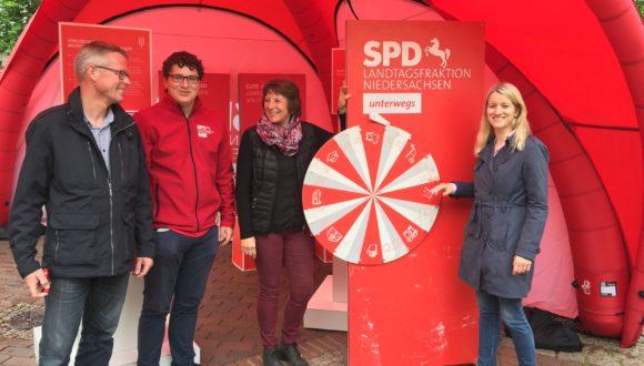Fraktion unterwegs: Kathrin Wahlmann mit Infostand der SPD-Landtagsfraktion in Georgsmarienhütte