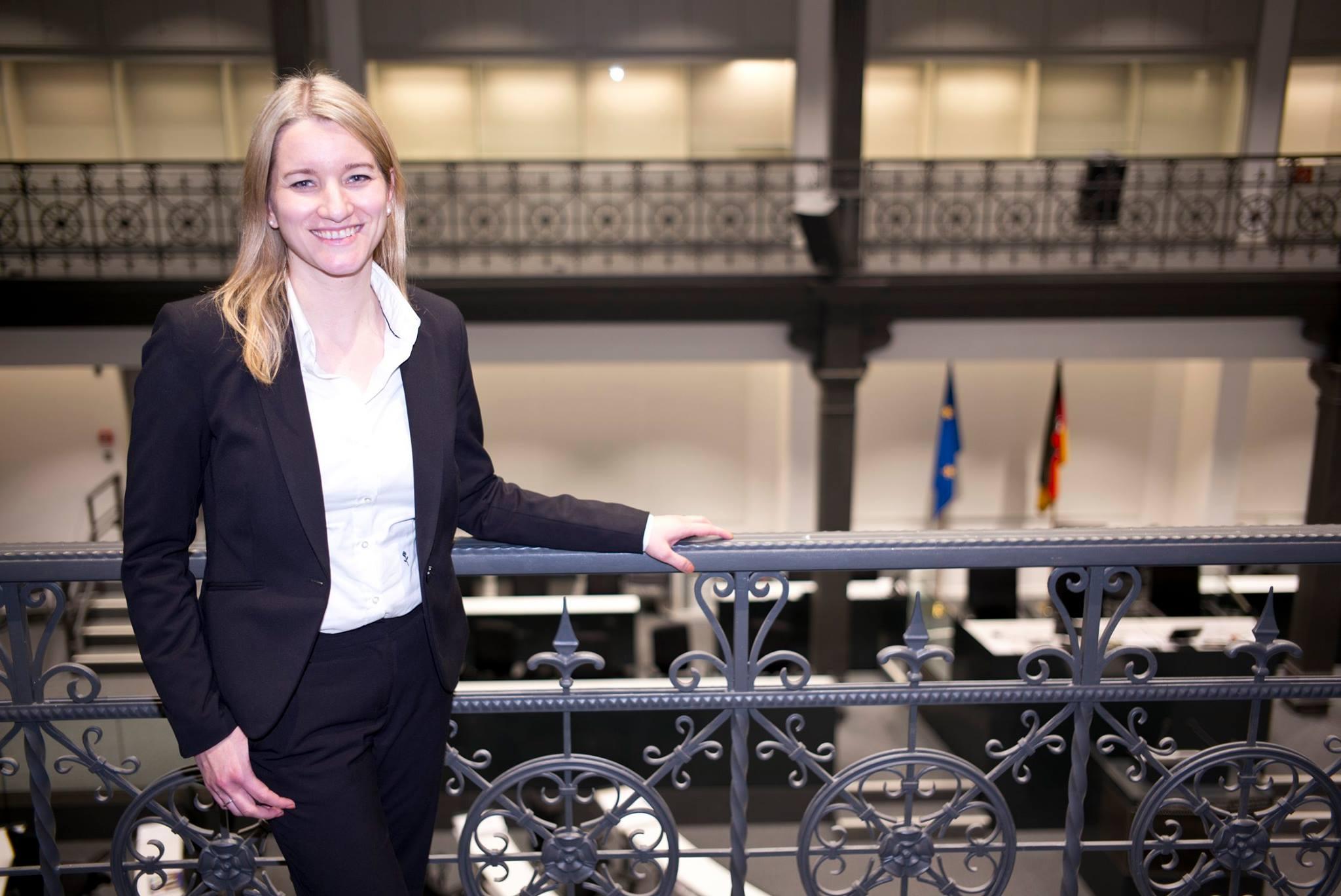 Kathrin Wahlmann auf der Empore des Plenarsaals des Niedersächsischen Landtags. Hier noch im provisorischen Landtagsgebäude 2017.